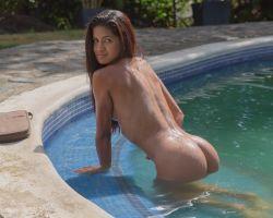 Penelope naakt aan het relaxen bij het zwembad