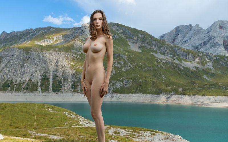 Mariposa, knappe brunette, gaat naakt in een prachtig stukje natuur