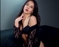 Jacqueline Davis is sexy in zwarte kanten lingerie