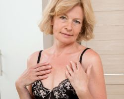 Diana V, mature babe in sexy zwarte lingerie