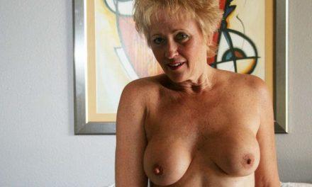 Mature swingers vrouw met grote tieten gaat naakt