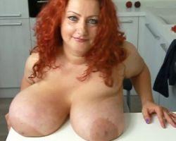 Mature amateur vrouw, rood haar, met enorme grote tieten