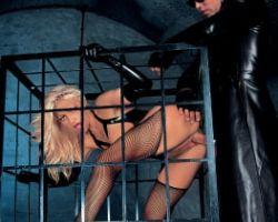 Onderdanige blonde slet wordt in een kooi geneukt