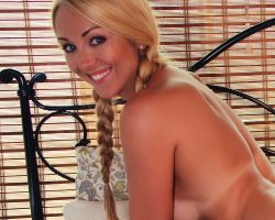 Brooke Marks, blond en paardenstaarten, doet een striptease op bed