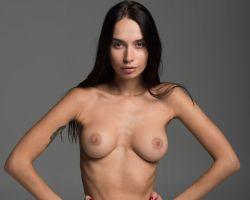 Slanke brunette doet een naakte casting