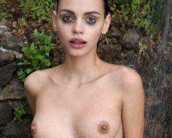 Ariela is naakt buiten aan het douchen