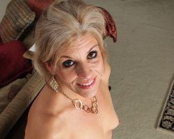 Sierra Smith, stijlvolle mature blondine gaat naakt