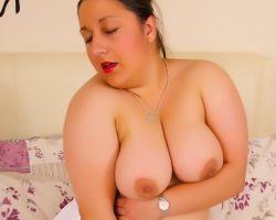 Geile amateur BBW, dikke tieten en sexy lingerie, is aan het masturberen
