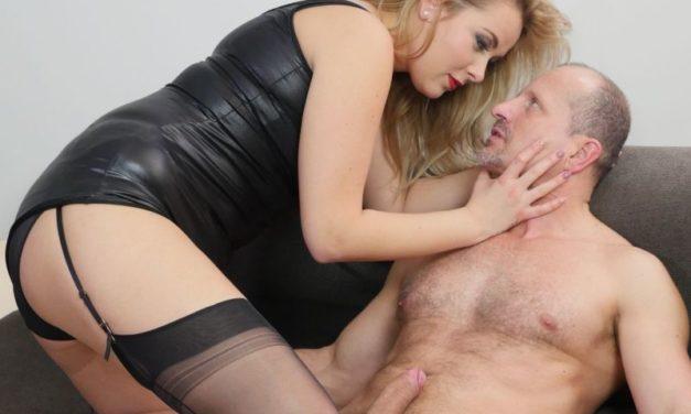 Blonde milf in lingerie, jarretels en panty's, slikt zijn zaad door