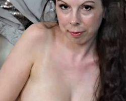 Emily Winters, grote borsten, op de vloer aan het masturberen (video)