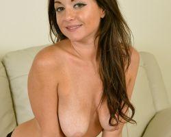 Harper Wright, brunette milf gaat naakt op de bank