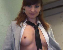 Jenny Smith, naakt in de kelder van een flatgebouw