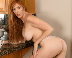 Lauren Phillips, roodharige milf, naakt in de keuken