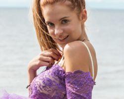 Russische tiener gaat buiten naakt bij het water