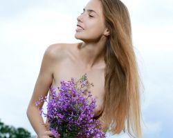Elle Tan, helemaal naakt tussen de bloemen