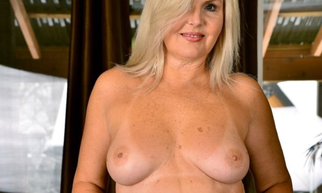 Velvet Skye, knappe blonde mature vrouw in sexy lingerie