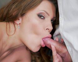 Oudere man heeft sex met een jongere vrouw