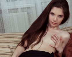 Knappe brunette, tiener, met kleine borsten en schaamhaar