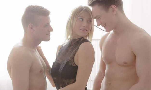 Knappe blonde tiener, grote borsten, heeft een opwindend trio