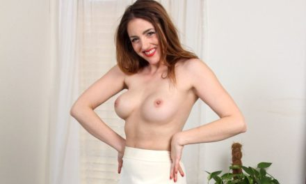 Veronica Shaw, lekkere mature milf gaat naakt op de bank