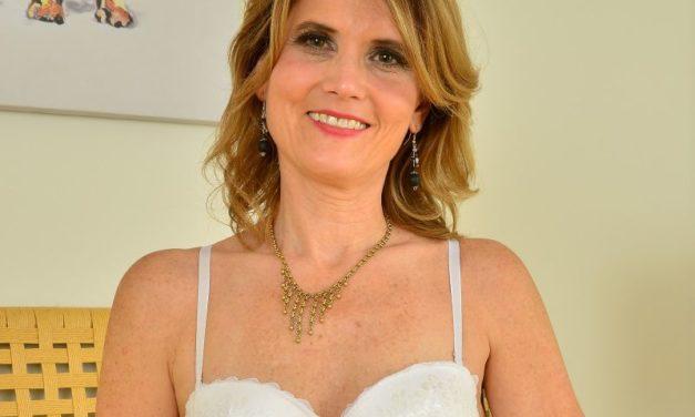 Knappe mature vrouw in sexy lingerie en naakt