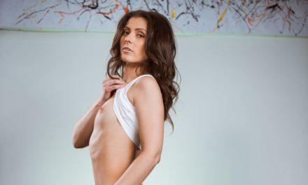 Nora Roem, mooie vrouw met kleine tieten, gaat naakt op de bank