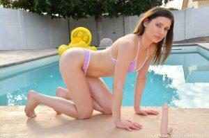 Kamryn in bikini bij het zwembad