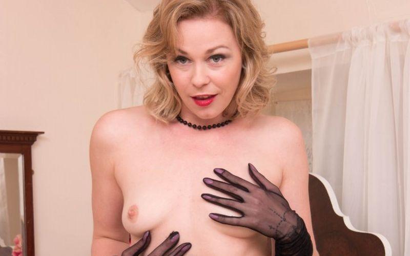 Lucy Lauren, geile au pair houdt van vintage lingerie