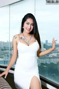 Aziatische babe in een strak jurkje
