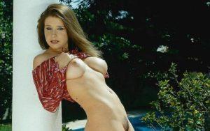 Erica Campbell, grote borsten gaat buiten naakt