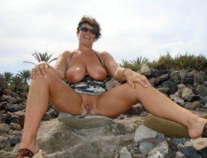 oude amateur vrouw gaat naakt in de natuur