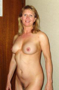 Knappe blonde milf, helemaal naakt