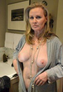 Rijpe elegante vrouw heeft mooie grote borsten