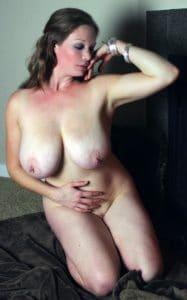 Erotische foto van een mooie echtgenote die hele grote borsten heeft