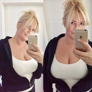Geile selfie, blondine heeft hele grote borsten