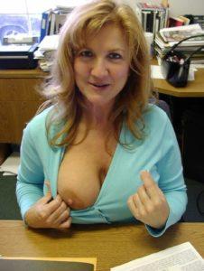 Opwindend, ze laat één van haar grote borsten zien