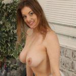 Lottii Rose, kort geruit rokje, grote borsten en topless