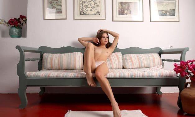 Stephanie is opgewonden en ligt met haar benen wijd op de bank